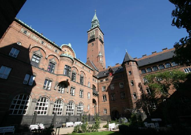 800px-Koebenhavns_Raadhus_Copenhagen_raadhushavenedited