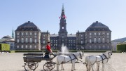 Christiansborg_Slot_fra_Ridebanen_med_karet_foto_Mikkel_Groenlund