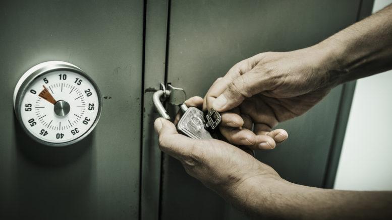 Løs gåder og knæk koder for at komme ud af Mystery Room i tide.